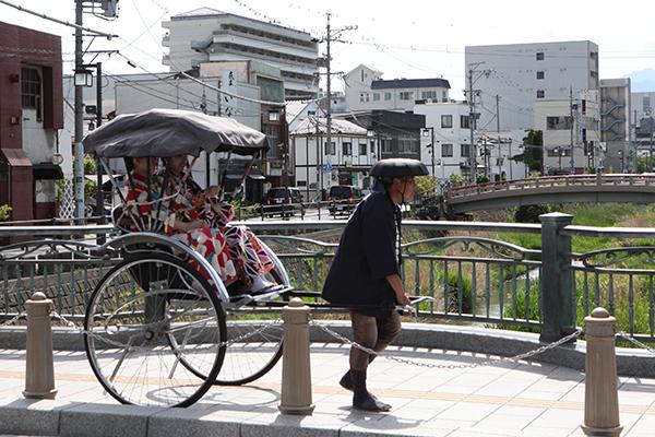人力車に乗って信州・まつもと大歌舞伎を目指そう